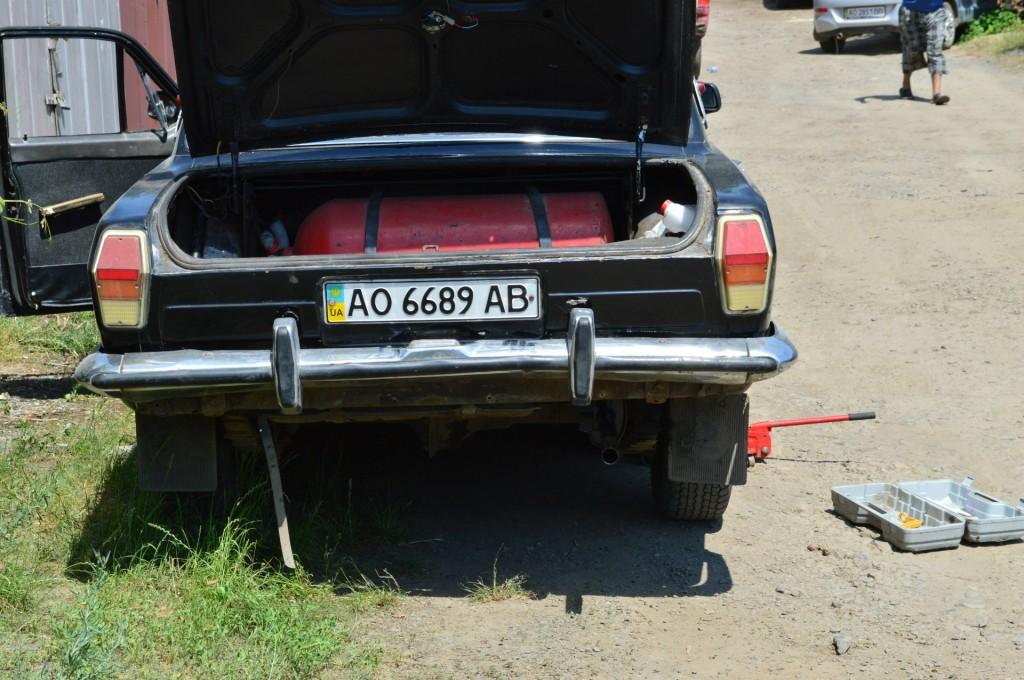Метановые баллоны в кузове автомобиля ГАЗ-24 Волга